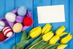 Les tulipes et les oeufs de pâques frais ont enveloppé la ficelle de laine, la décoration de Pâques, l'espace de copie pour le te Photos stock