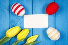 Les tulipes et les oeufs de pâques frais ont enveloppé la ficelle de laine, la décoration de Pâques, l'espace de copie pour le te Image stock