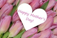 Les tulipes fleurit le jour de mère avec amour de coeur Photo libre de droits