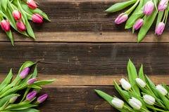 Les tulipes fleurit sur la table rustique pour le 8 mars, femmes internationales Photographie stock libre de droits