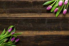 Les tulipes fleurit sur la table rustique pour le 8 mars, femmes internationales Image libre de droits