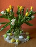 Les tulipes jaunes et blanches jaillissent fleurit le bouquet de Pâques des fleurs photographie stock