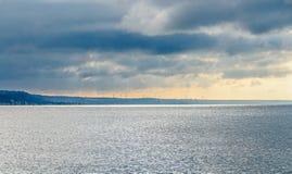 Les turbines éoliennes de champ et de vent cultivent, près de l'eau de la Mer Noire, le nuage Photographie stock
