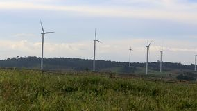 Les turbines de vent cultivent le paysage sur des nuages clips vidéos