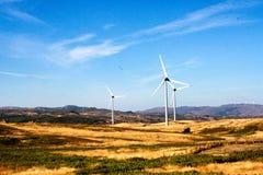 Les turbines de vent sur l'étendue accidentée créent l'énergie, Portugal l'Europe image libre de droits