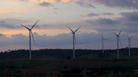 Les turbines de vent de Timelapse cultivent l'électricité d'énergie propre de produit de vue de paysage de coucher du soleil de s banque de vidéos