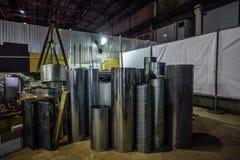 Les tuyaux cylindrique en acier, pièces pour la construction des conduits d'air industriel conditionnent le système Photo stock