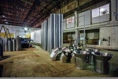 Les tuyaux d'acier et d'autres pièces pour la construction des conduits d'air industriel conditionnent le système dans l'usine Photos stock