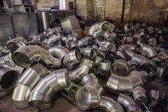 Les tuyaux d'acier, pièces pour la construction des conduits d'air industriel conditionnent le système Photos stock