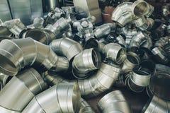 Les tuyaux d'acier, pièces pour la construction des conduits d'air industriel conditionnent le système Photographie stock