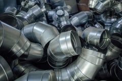 Les tuyaux d'acier, pièces pour la construction des conduits d'air industriel conditionnent le système Images libres de droits