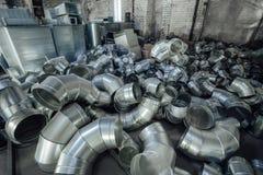 Les tuyaux d'acier, pièces pour la construction des conduits d'air industriel conditionnent le système Photo libre de droits