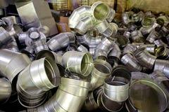 Les tuyaux d'acier, pièces pour la construction des conduits d'air industriel conditionnent le système Photos libres de droits