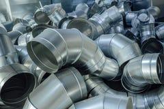 Les tuyaux d'acier, pièces pour la construction des conduits d'air industriel conditionnent le système Images stock