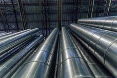 Les tuyaux d'acier pour la construction des conduits d'air industriel conditionnent le système dans l'entrepôt Vue inférieure Photo stock