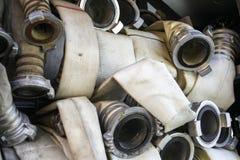 Les tuyaux d'incendie sont dans le compartiment de camion de pompiers photographie stock libre de droits