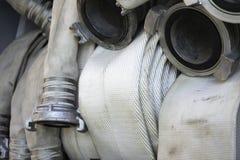 Les tuyaux d'incendie sont dans le compartiment de camion de pompiers photographie stock