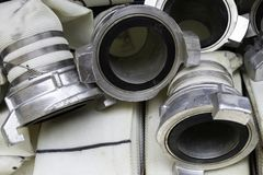 Les tuyaux d'incendie sont dans le compartiment de camion de pompiers, connexion de tuyau d'incendie dirige étroit  image libre de droits