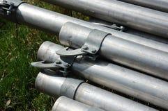 Les tuyaux d'irrigation ont empilé attendre ensemble la saison d'été pour commencer Photo stock