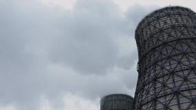 Les tuyaux de cheminée d'évacuation des fumées de Timelapse polluent l'air avec les émissions toxiques Problème d'écologie banque de vidéos