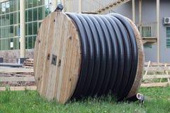 Les tuyaux de polyéthylène dans la bobine pour le gaz et l'eau sont liyng au sol photographie stock