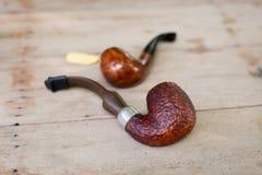 Les tuyaux de tabagisme sur la table en bois, se ferment  Image libre de droits