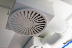 Les tuyaux et la bouche d'air blancs sur le plafond pour la climatisation fonctionnent le bureau Images stock