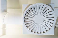 Les tuyaux et la bouche d'air blancs sur le plafond pour la climatisation fonctionnent le bureau Photographie stock