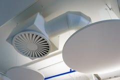 Les tuyaux et la bouche d'air blancs sur le plafond pour la climatisation fonctionnent le bureau Photos libres de droits