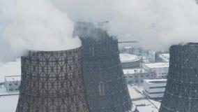 Les tuyaux industriels de cheminée d'évacuation des fumées polluent l'air avec les émissions toxiques Problème d'écologie banque de vidéos