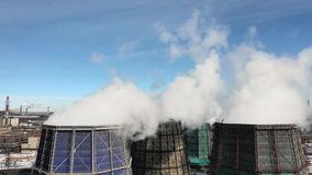 Les tuyaux industriels de cheminée d'évacuation des fumées polluent l'air avec les émissions toxiques Problème d'écologie Cheminé banque de vidéos