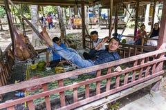Les types cambodgiens se reposant sous un belvédère dans Phnom kulen le parc national, Cambodge photographie stock