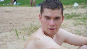 Les types détendent sur la plage se tenant sur le rivage Images libres de droits