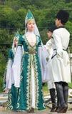 Les types et les danseuses de filles dans Adyghe traditionnel s'habille Photos libres de droits