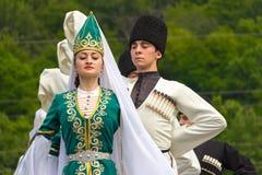 Les types et les danseuses de filles dans Adyghe traditionnel s'habille Photos stock