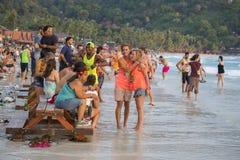 Les types et les filles participent à la partie de pleine lune sur l'île Koh Phangan thailand Photos stock