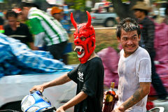 Les types thaïs conduisent un vélo Photos stock