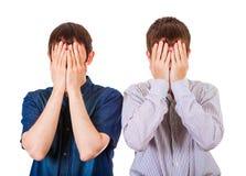 Les types tristes ferment les visages image stock