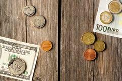 Les USA et euro argent au-dessus de fond en bois photographie stock