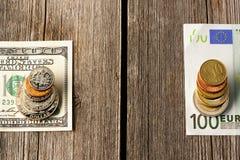 Les USA et euro argent au-dessus de fond en bois photos stock