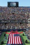 Les USA Marine Corps déferlant le drapeau américain pendant la cérémonie d'ouverture de l'US Open 2014 femmes finales Images libres de droits