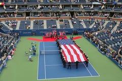 Les USA Marine Corps déferlant le drapeau américain pendant la cérémonie d'ouverture de l'US Open 2014 hommes finaux Image stock