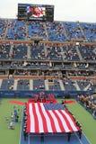 Les USA Marine Corps déferlant le drapeau américain pendant la cérémonie d'ouverture de l'US Open 2014 hommes finaux Photo stock