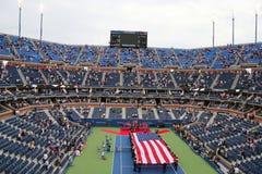 Les USA Marine Corps déferlant le drapeau américain pendant la cérémonie d'ouverture de l'US Open 2014 hommes finaux Photos stock