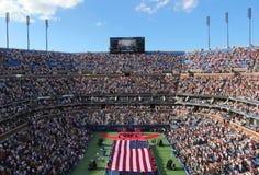 Les USA Marine Corps déferlant le drapeau américain pendant le Th Images stock