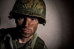 Les USA Marine Vietnam War avec le visage couvert dans la boue Photo stock