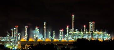 Les usines fonctionnent la nuit. Image stock
