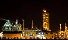 Les usines fonctionnent la nuit. Photo stock