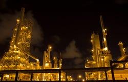 Les usines fonctionnent la nuit. Photographie stock libre de droits