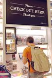 Les utilisations d'homme automatisées checkout à la stalle dans George Bush International Airport à Houston, le Texas, Etats-Unis images stock